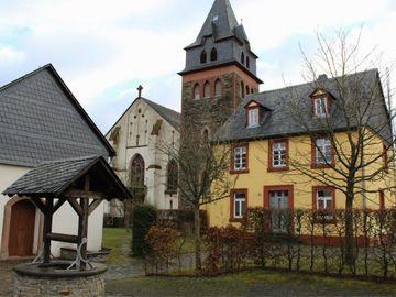 Auf dem Bild befindet sich die Kirche und das Pfarrheim in dem Hunsrückort Tellig.