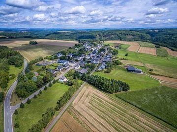 Das Bild ist aus der Vogelperspektive aufgenommen. Das Bild zeigt den kleinen Hunsrückort Moritzheim.