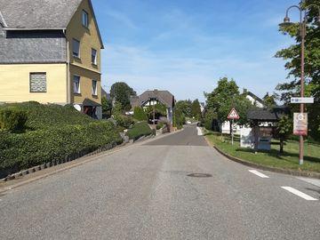 Auf dem Bild befindet sich eine Straße in Sosberg mit Häusern am Straßenrand.